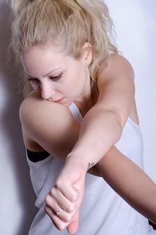 フィットネス写真 人物 1人 外国人 白人 セルビア人 女性 大人 若い 金髪 スポーツ フィットネス エクササイズ 体操 運動 トレーニング シェイプアップ ダイエット 引き締め ヨガ ピラティス 屋内 スタジオ ジム クラブ 美 美容 健康 ボディ スリム 脂肪 筋肉 筋トレ ストレッチ 腕 タンクトップ 上半身 mdff014