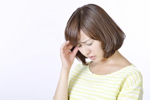 人物 女性 女の子 若い 若者   20代 日本人 屋内 スタジオ撮影 白バック   白背景 ジェスチャー 仕草 かわいい 可愛い ポーズ 頭痛 悩み 悩む 心配 不安 気がかり 憂鬱 上半身 俯く うつむく 余白 コピースペース mdjf003