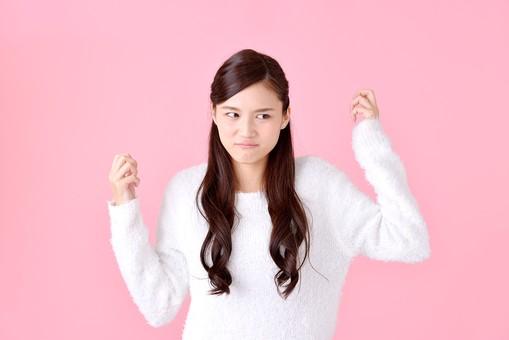 人物 女性 日本人 若者 若い  20代 美人 かわいい ロングヘア カジュアル  ラフ 私服 セーター ニット 屋内  スタジオ撮影 背景 ピンク ピンクバック ポーズ  おすすめ 上半身 イライラ ストレス ムシャクシャ 怒る 怒り mdjf007