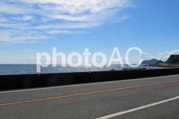 海沿いの道の写真