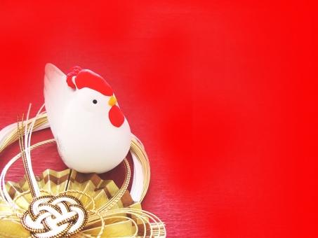酉の置物 酉年 鳥 鶏 ニワトリ 酉 赤背景 年賀 正月 にわとり 2017年 干支 置物 飾り 縁起物 年賀状 イメージ 背景 陶器 1月 行事 新春 背景素材 空白 お正月