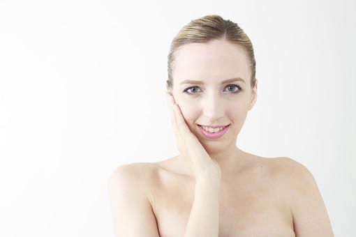 人物 女性 20代 外国人 外人  外国人女性 外人女性 モデル 若い  ポーズ 金髪  屋内 白バック 白背景 美容 ビューティー エステ エステティック 素肌 裸 美肌 美顔 スキンケア お手入れ 顔 アップ  白人 ポートレート バストアップ 上半身 mdff045