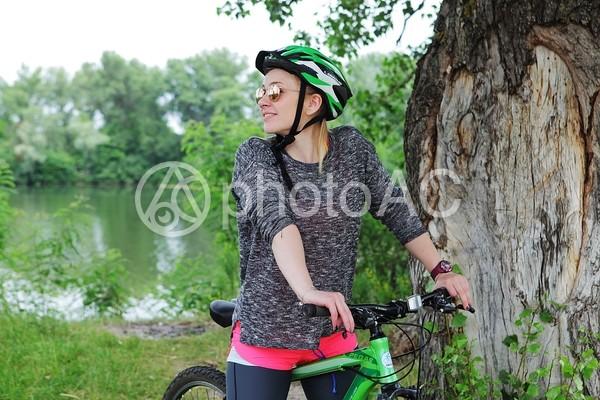 自転車に乗るセーターを着た外国人女性7の写真