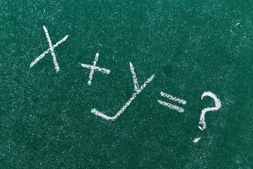 黒板 緑 教育 学校 スクール 学習 学び舎 ボード 板 教室 盤 チョーク 白墨 白亜 焼き石膏 白 背景 バックグラウンド バックグランド 手書き 文字 図 図形 絵 言葉 説明 クローズアップ 屋内 磁石 x+y=? 数式 数学 算数