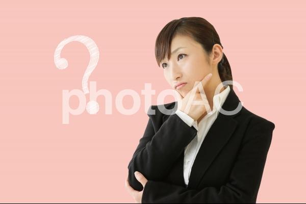 疑問をかかえる女性の写真