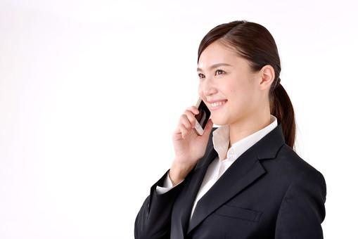 人物 日本人 女性 若い 若者   20代 スーツ 就職活動 就活 就活生   社会人 OL ビジネス 新社会人 新入社員   フレッシュマン ビジネスマン 面接 真面目 清楚  屋内  白バック 白背景 携帯 電話 スマホ スマートフォン 通話 話す 笑顔 mdjf007
