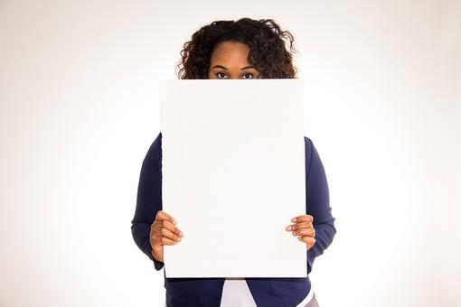 人物 外国人 外人 女性 外国人女性  外人女性 黒人 黒人女性 20代 30代  上半身 ポーズ 屋内 白バック 白背景  ジャケット スーツ ビジネス ホワイトボード ボード  白紙 お知らせ 告知 伝言 メッセージ 顔 隠す 目 正面 mdff073