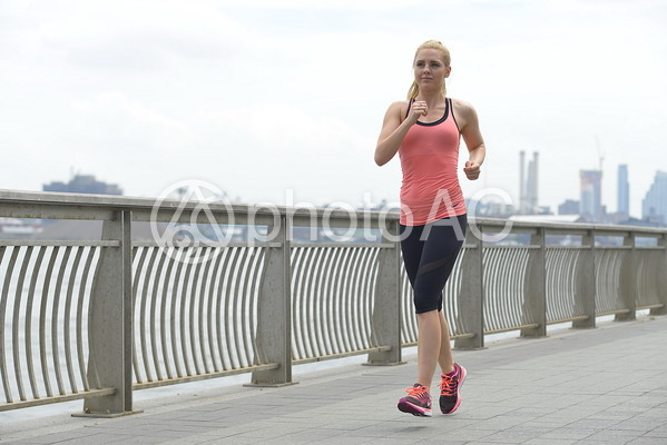 川沿いを走る女性13の写真