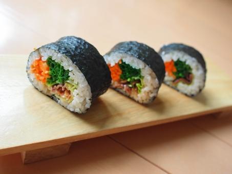 巻き寿司 まきずし 巻きすし 巻きスシ 寿司 ノリ 焼肉 酢飯 すめし のり 海苔 巻き簾 まきす sushiroll yakiniku sushi japanesefood サラダセロリ 料理 手料理 焼肉ロール 下駄