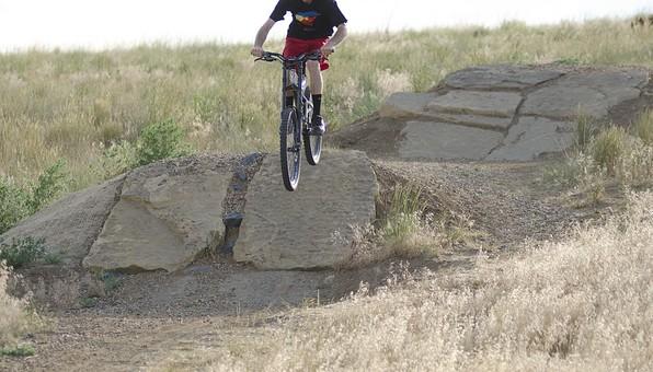 自転車 じてんしゃ サイクリング ロードバイク 男性 人物 スポーツ 運動 乗り物 トレーニング 屋外 サイクルウェア 自然 練習 トライアスロン 植物 景色 広場 タイヤ マウンテンバイク アウトドア 趣味 秋 岩