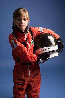 背景 ダーク ネイビー 紺 女の子 女子 女 女児 子ども こども 子供 1人 ひとり 一人  児童 宇宙服 宇宙 服 スペース スペースシャトル 宇宙飛行士 飛行士 オレンジ 希望 夢 将来 未来 体験 職業体験 職業  ヘルメット 抱える 小物 小道具  外国人 mdfk045