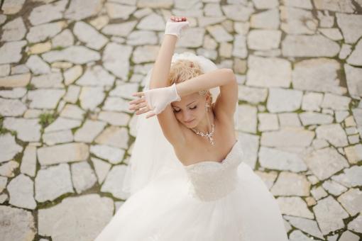 外国人 外人 人物 女性 白人 20代 金髪 ブロンド 外国 屋外 野外 ウェディング ウエディング Wedding ドレス ベール 白 純白 ホワイト Dress ウェディングドレス ウエディングドレス Aライン 結婚式 新婦 撮影 ポージング 晴れ 石畳 俯瞰 手を上げる mdff096