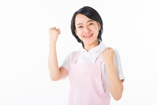 女性 おんな 女 エプロン 白衣 ピンク  介護 介護士 介助 ナース 病院  ヘルパー 看護師  手 ポーズ ファイト ガッツポーズ ガッツ グー げんこつ 指 白 白背景 白バック 爽やか 優しい 穏やか 頑張る mdjf017