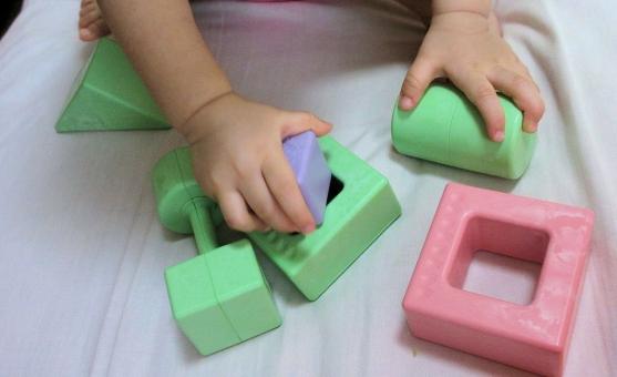 積み木 掴む 入れる 色 積む 握る 手 指 可愛い 穴 絵本 探る 確かめる 学習 知恵 確認 知育 立体 1歳2ヵ月 乳幼児 幼児 離乳 頭脳 能力 連動作業 赤ちゃん 触る 触れる アップロード 更新 探求心 成長 意欲 好奇心 賢い 知能