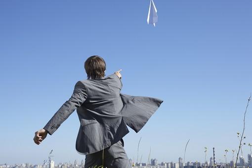 自然 青空 空 青 グラデーション 晴天 天気 晴れ 紙 紙飛行機 飛行機 工作 作る 折る 作品 飛ぶ 飛ばす 投げる 白 人物 外国人 男性 男の人 成人 社会人 ビジネスマン スーツ 町並み 植物 葉 花 緑 背景 室外 屋外 mdfm012