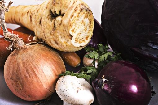 食べ物 食品 おいしい おいしそう 家 室内 部屋 おしゃれ 洋風 ナチュラル 野菜 自然 栄養 健康 食材 材料 素材 シンプル 盛り付け 玉ねぎ 紫キャベツ 赤玉ねぎ 根菜 マッシュルーム きのこ カラフル にんじん