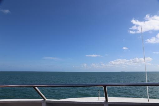 グレート バリア リーフ 船 海 ボート 青空 快晴 晴天 オーストラリア ケアンズ 透明 青 船上 船尾