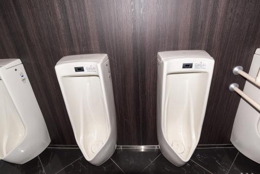 タイル張り 男子トイレ きれい トイレット 手すり クリーン 流す 自動 清潔 男子 男性 並ぶ