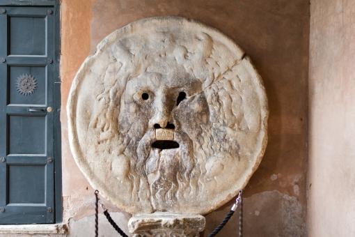 ローマ 真実の口 ローマの休日 映画の撮影場所 オードリー・ヘップバーン S.M.イン・コスメディン教会 マンホールのふた イン・コスメディン教会 観光 旅行 ヨーロッパ 観光地 口 ふた 顔 外国 海外
