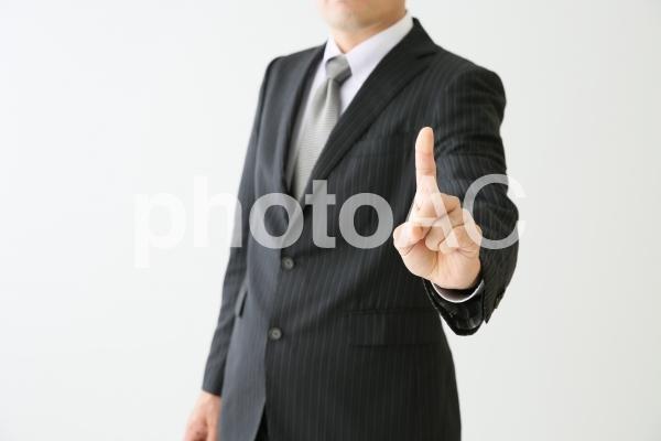 指差しサインするビジネスマンの写真