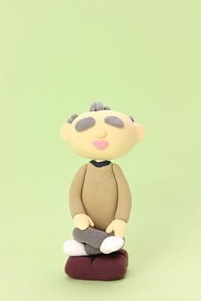 クレイ クレイアート クレイドール ねんど 粘土 クラフト 人形 アート 立体イラスト 粘土作品 人物 男性 老人 お爺さん おじいさん お爺ちゃん おじいちゃん 座布団 座る 胡座 あぐら