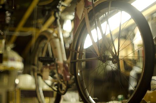 アンティーク 自転車 古い 中古 リサイクル サイクル シティサイクル ロードバイク 二輪車 ペダル タイヤ 乗り物 サイクリスト 交通 車輪 メンテナンス エコ クラシック クラシカル レトロ コレクション アンティークショップ 店内 通勤 通学 ボケ味 ピントぼけ ぼかし