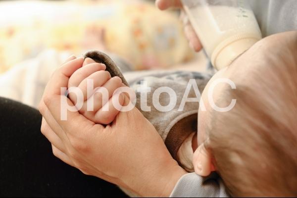 ミルクを飲む赤ちゃんの写真