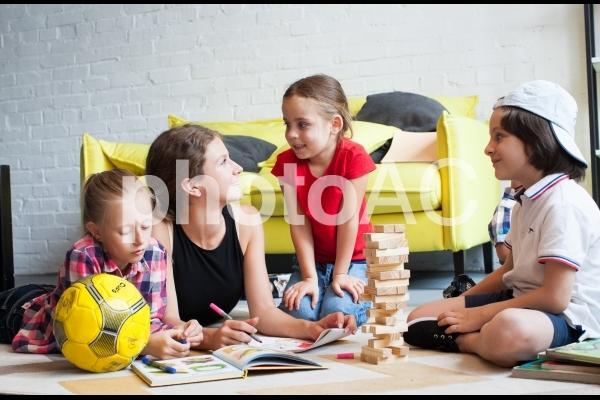 子どもと遊ぶベビーシッター49の写真