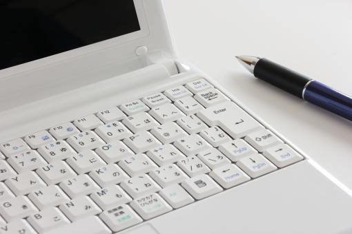 パソコン ボールペン ノートパソコン ペン ツール 道具 ブログ ブログ記事 記事 記事投稿 入力 ネット インターネット ネットビジネス ビジネス 仕事 執筆 データ 文章 文書 作成 キーボード 原稿制作 物語 資料 書類 素材 背景 web ウェブ
