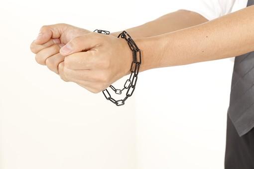 人物 男性 手 手錠 鎖 逮捕 検挙 犯罪 犯罪者 犯人 容疑者 監禁 人質 捕まる 捕まえる アップ 白バック 白背景 違法行為 不法行為 罪 現行犯 両手 拘束 被害者 誘拐