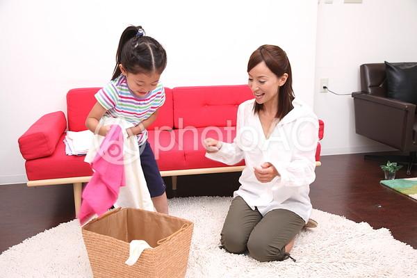 洗濯物をたたむ親子1の写真