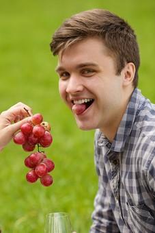 ピクニック お出かけ 自然 公園 パーク デート 外国人 男 男性 彼氏 上半身 ラブラブ ピクニックデート 接写 クローズアップ 果物 フルーツ 葡萄 ぶどう ブドウ 持つ 食べる 食べさせる 笑う 笑顔 スマイル 咥える mdfm038