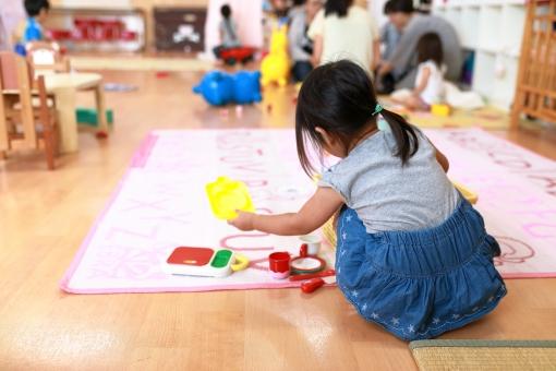 保育園で遊ぶ園児1の写真