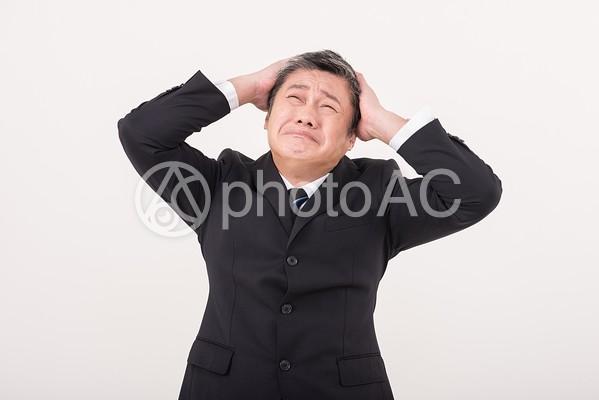 頭を抱える中年男性2の写真