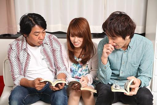 人物 日本人 女性 男性 グループ 友達 友人 仲間 若者 中年 20代 40代 屋内 室内 部屋 リビング ソファ 集まる 座る 漫画 まんが コミック 単行本 読む 面白い 会話 語る おしゃべり オーバーリアクション mdfj012 mdjm009 mdjm010