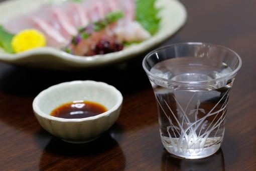 食べ物 飲み物 打ち上げ 飲み会 食物 液体 透明 アルコール 酒 日本酒 グラス コップ 皿 小鉢 しょうゆ 刺身 菊 大葉 野菜 魚 生 肴 酒肴品 おつまみ あて テーブル 食卓 室内 屋内