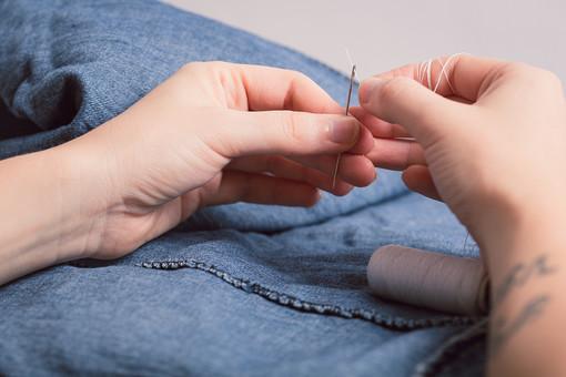 ソーイング 縫い物 裁縫 洋裁 手芸  手仕事 裁縫道具 裁縫用品 アップ 素材  趣味 ハンドメイド ホビー 生活 暮らし  小物 手縫い ファッション 縫う 針仕事 手 部分 手元 針 糸通し 通す 洋服 衣服