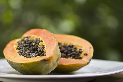 植物 自然 果物 果実 フルーツ 種 沢山 多い 黒 オレンジ色 橙色 果肉 パパイヤ 皿 デザート おやつ 朝食 昼食 食事 食材 南国 屋外 アップ ピンボケ ぼける 甘い 美味しい
