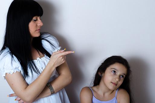 人物 2人 女の子 少女 女性 外国人 セルビア人 親子 母 娘 子供 無視 反抗 抵抗 視線 人差し指 指差し 腕組み 話しかける 説教 叱る 諭す いましめる 白い服   白バック 白背景 mdfk022 mdff122