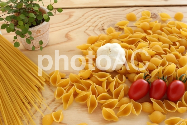 パスタとトマトとガーリックの写真