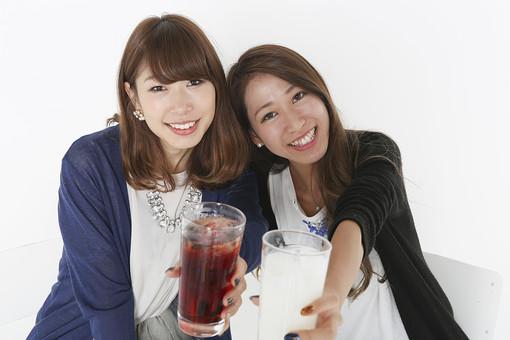 人物 日本人 若者 若者たち 20代 学生 大学生 社会人 女性 女子会 グループ パーティー コンパ 合コン 飲み会 忘年会 屋内 白バック 白背景 楽しい はしゃぐ 盛り上がる 飲食 飲み物 ドリンク 乾杯 お酒 グラス テーブル 食事 mdjf045 mdjf046