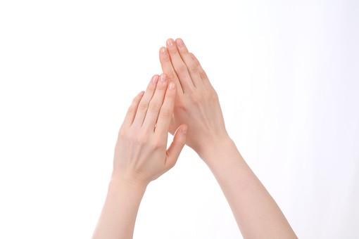 手 ハンド ハンドパーツ 人物 女性 背景 白 白背景 白バック 切り抜き パーツ ボディパーツ 腕 指 手首 ジェスチャー 身ぶり 仕草 肌 余白 シンプル コピースペース 両手 重ねる 触る 保湿 揉む 潤い ハンドクリーム ビューティ スキンケア 若い 明るい 塗る 手の甲 合わせる
