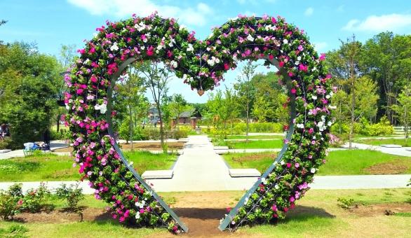 花 アーチ オブジェ 公園 ハート 緑 グリーン 新緑 空 植物 アレンジ アンデルセン公園 テーマパーク レジャー 子連れ 人気スポット 千葉 家族