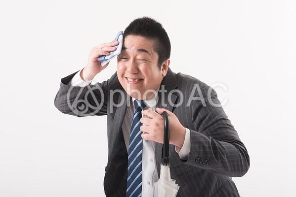 汗を拭く男性2の写真