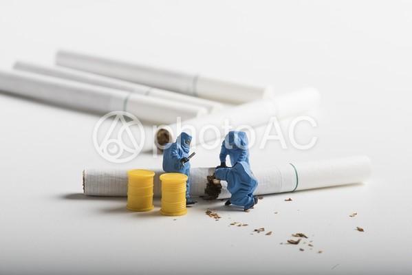 紙巻たばこを調べる作業員のミニチュア7の写真