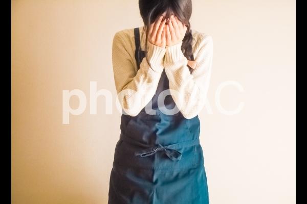 嘆く女性の写真