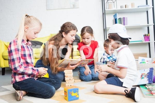 子どもと遊ぶベビーシッター32の写真