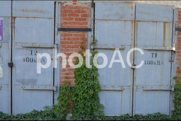 電気変換館の錆がついたドアの写真