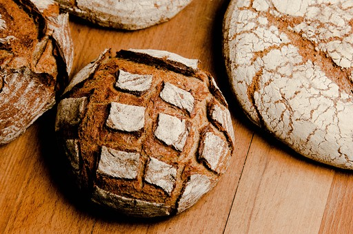 パン パン作り ブレッド フランスパン カンパーニュ 手作り パン屋 ホームメイド クッキング 天然酵母 小麦粉 強力粉 イースト菌 ドライイースト 全粒粉 生地 こねる 伸ばす 丸める 発酵 砂糖 塩 材料 並べる オーブン 焼く 天板  焼きたて