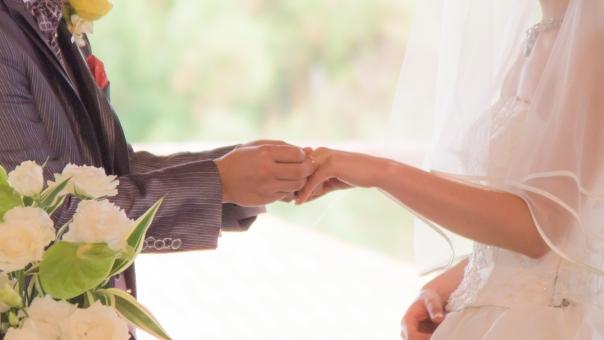 結婚 ウェディング エンゲージリング 指輪 ウェディングドレス 純白 男性 花束 結婚式 女性 お祝い ブライダル 幸せ 夫婦 カップル ハッピー 誓い ベール マリッジ 真剣 愛 挙式 手 人生 永遠
